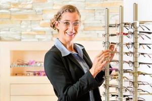 jonge vrouw bij opticien met een bril