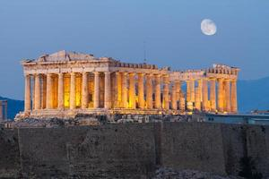 Acrópolis en Atenas con luna en la tarde