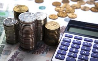 stapels Russische roebels met rekenmachine