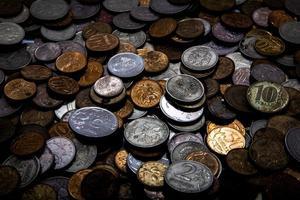 muitas moedas pouco dinheiro