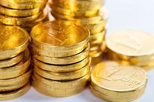 pila de monedas de oro creciendo foto