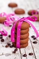 biscoitos de chocolate amarrados com fita rosa e grãos de café