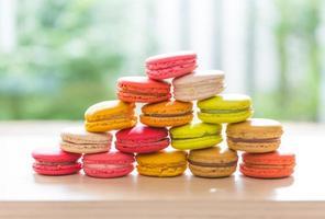 macarons franceses coloridos em uma linha