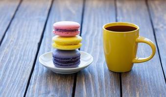 taza de café y macarons foto