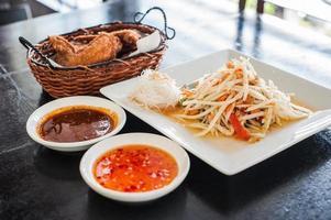 """ensalada picante de papaya llamada """"som tum"""", comida tailandesa foto"""