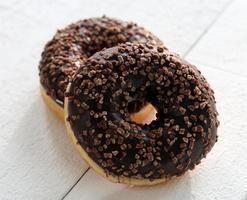 rosquillas sabrosas frescas con glaseado de chocolate