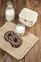 Donuts cobertos de chocolate.