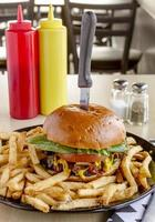 pub gourmet hamburguesas y papas fritas foto