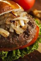 hamburger gastronomique avec laitue et tomate