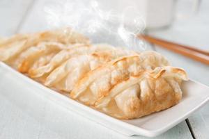 albóndigas fritas sartén plato asiático foto