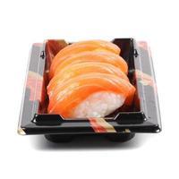 sushi de salmão em um fundo branco