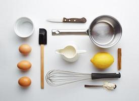 Creme brulee ingredientes sobre fondo amarillo foto