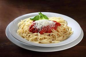plato italiano de espagueti con tomate y albahaca foto