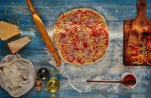 apetitosa pizza italiana en la mesa foto