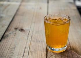 jugo de naranja con hielo.