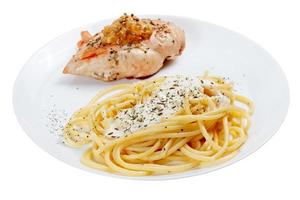 Cooked spaghetti with cream sauce with grilled chicken breast. I photo