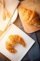 croissant na mesa de madeira