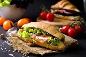 sándwich de croissant con salmón salado foto