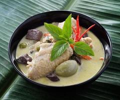 Pollo al curry verde tailandés foto
