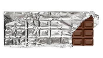 barra de chocolate con leche en papel de aluminio foto