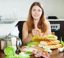 mujer cocinando bocadillo foto