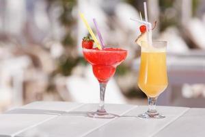 dos cócteles frescos en una mesa de bar