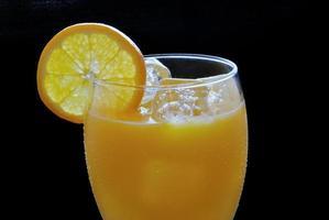 vaso de jugo de naranja fresco foto