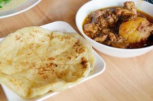 Roti mataba con pollo al curry massaman foto