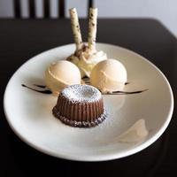 lava de chocolate con helado foto