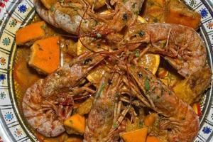 plato de camarones cocinado en receta siciliana foto