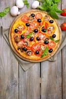 deliciosa pizza servida en mesa de madera