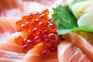 sashimi de salmón puesto en un tazón blanco foto