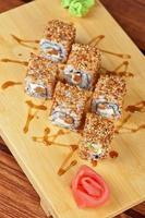 rollos de sushi de sésamo foto