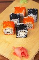 rollos de sushi tobico