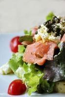 cerrar ensalada de salmón crudo foto