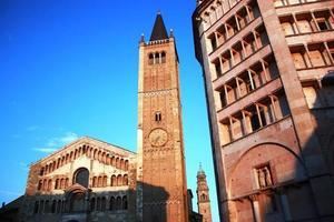 schemering kathedraal santa maria assunta en doopkapel in parma, italië
