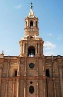 Primer plano de la basílica catedral de arequipa, perú