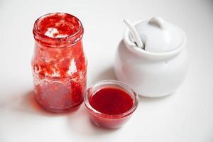mermelada de fresa en frasco de vidrio foto
