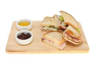 sanduíches em uma placa