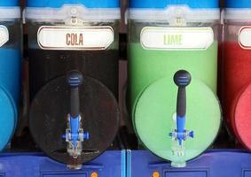 máquina de hielo en polvo con muchos sabores de cola y lima