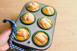 galletas de magdalena caseras en una fuente para horno foto