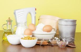 productos y platos para hornear de pascua foto