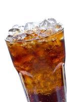 cola con hielo en un vaso foto