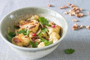 vegetarische geroosterde bloemkoolsalade