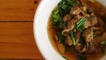 macarrão de porco em estilo asiático sopa