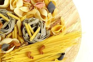 different kinds of pasta (spaghetti, fusilli, penne, linguine)