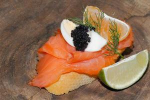baguette, salmón ahumado, huevo, caviar, naranja