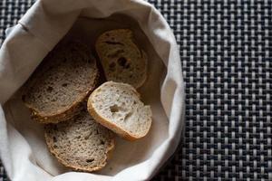 pan de ajo en una canasta foto