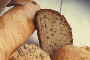 rebanadas de pan, baguette y bollos en una mesa foto