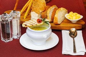 taza de sopa cremosa y picatostes ligeramente tostados foto